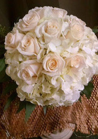 Large--roses-and-hydrangea-bouquet-min